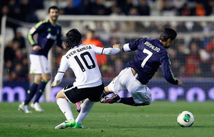 cristiano-ronaldo-624-being-tackled-by-ever-banega-in-valencia-vs-real-madrid-in-2013.jpg